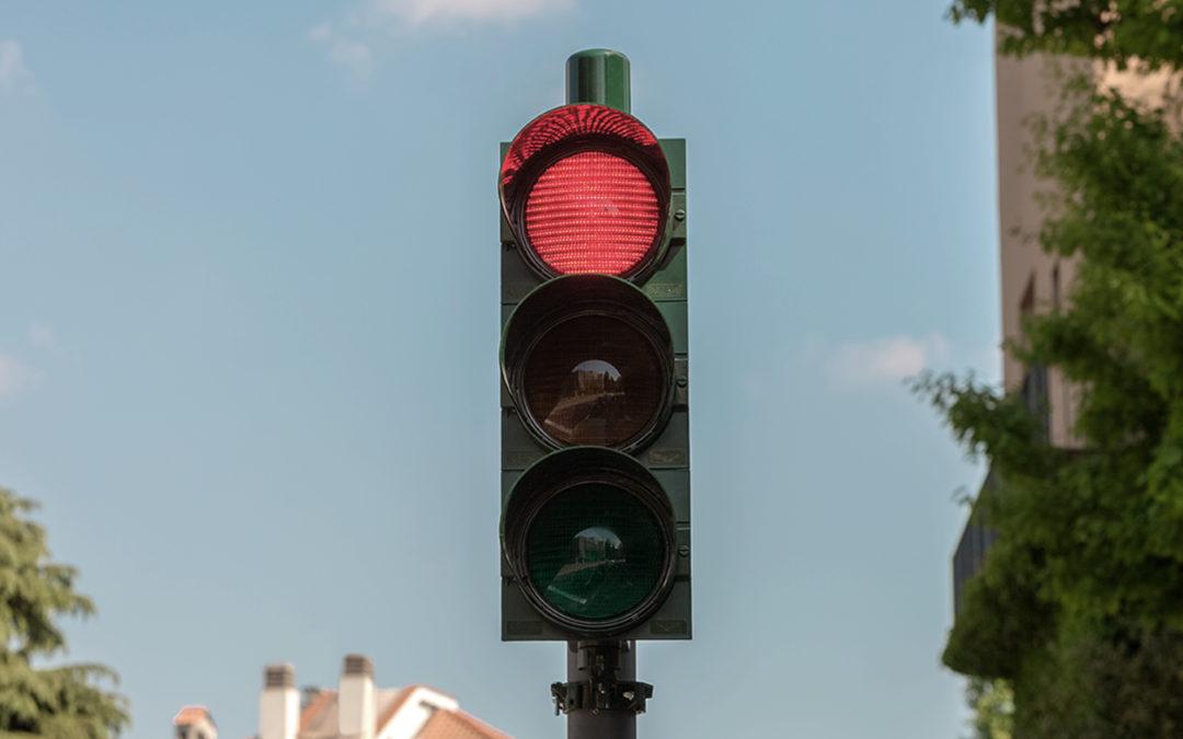 Quali sono i rischi del passare con il semaforo rosso?